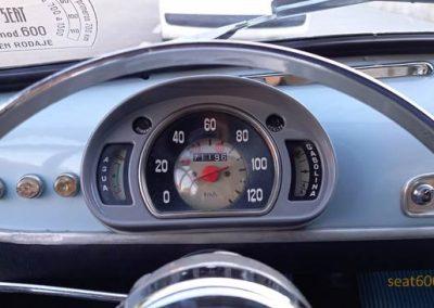 Cuadro con cerquillo cromado en 1ª serie del Seat 600 D